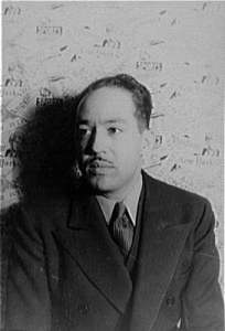 https://upload.wikimedia.org/wikipedia/commons/f/fc/LangstonHughes.jpg